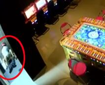 【本物レイプ】海外の店内で防犯カメラに映っていた、JSと思わしき幼い女の子を交代で輪姦する鬼畜たち・・・レイプ動画