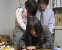 万引きした女子校生をチンポで制裁!迎えにきた母親もろとも残虐に生ハメ陵辱…レイプ動画
