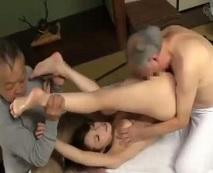 美人介護士を押し倒して輪姦する鬼畜ジジイ!バイアグラで暴走した肉棒2本で滅茶苦茶に陵辱…レイプ動画