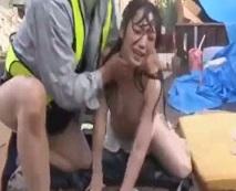 鬼畜の所業!労働者に工事現場に連れこまれた人妻が土砂降りの中で強姦される…レイプ動画