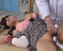 【無修正】悪徳医師によって目隠し拘束されて玩具責めされる美熟女