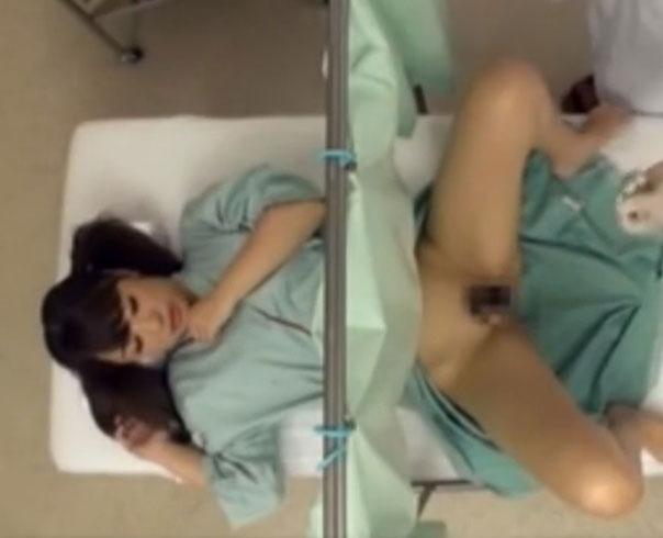 変態医師にマンコやおっぱいを弄られて感じちゃうお姉さんがカーテン越しに挿入される…